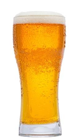 vasos de cerveza: vaso de cerveza sobre fondo blanco