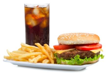 comida chatarra: hamburguesa con papas fritas y cola sobre fondo blanco