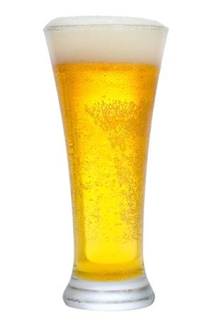 vasos de cerveza: vaso de cerveza sobre el fondo blanco
