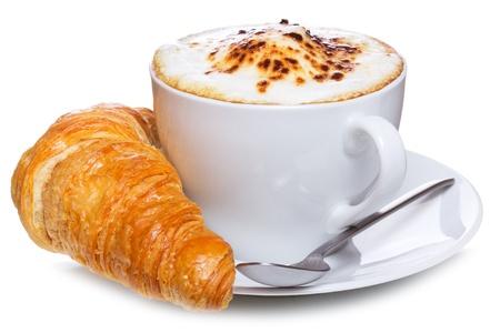 capuchino: caf� y croissant sobre un fondo blanco Foto de archivo
