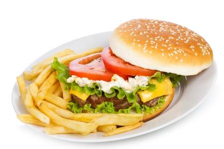 papas fritas: hamburguesa con papas fritas sobre un fondo blanco