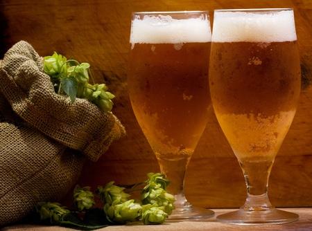 Stillleben mit Gläsern Bier und Hopfen