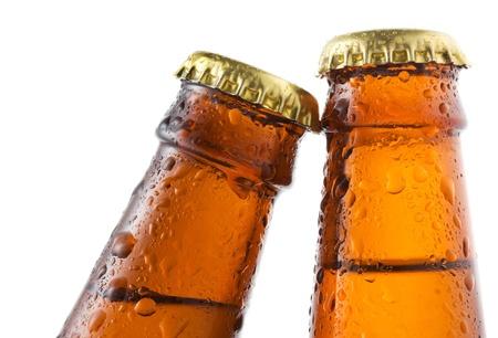 botellas de cerveza: Botellas de cerveza con gotas de agua sobre fondo blanco