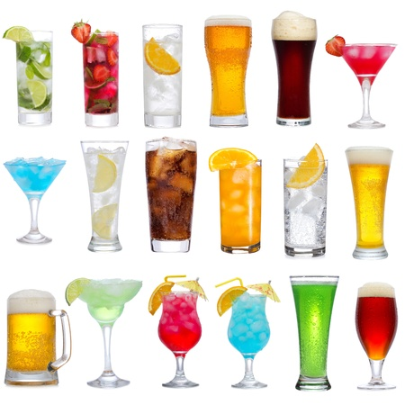tomando alcohol: Conjunto de diferentes bebidas, cócteles y cerveza en el fondo blanco