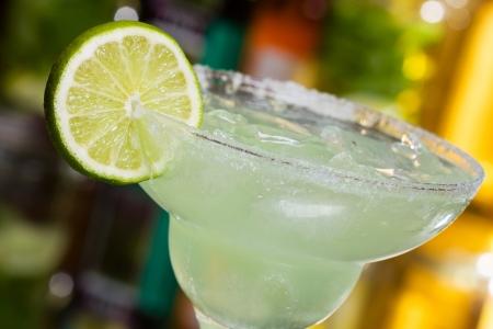 margarita cocktail: Margarita cóctel con limón