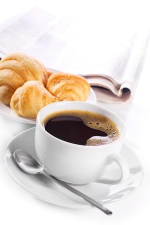 drinking coffee: taza de caf� negro, croissants y el peri�dico