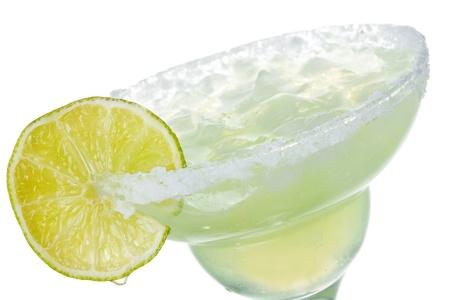 coctel margarita: alcohol, un c�ctel margarita con cal en el fondo blanco Foto de archivo