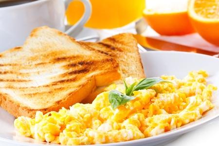 huevos fritos: desayuno con huevos revueltos, tostadas, zumo y café Foto de archivo