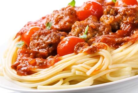 spaghetti: pasta met gehaktballen en tomatensaus op een witte achtergrond