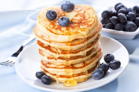 palatschinken: Stapel Pfannkuchen mit Sirup und Heidelbeere Lizenzfreie Bilder