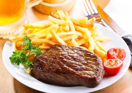 beef: bistec a la parrilla con papas fritas franc�s Foto de archivo