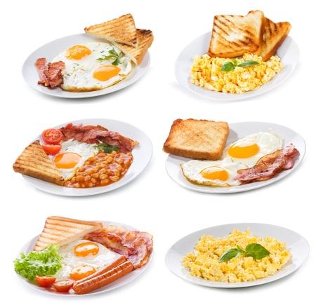 huevos revueltos: establecido con varios platos de frito y huevos revueltos sobre fondo blanco