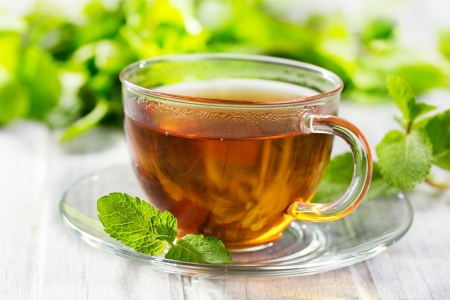 taza de te: tazas de té con menta en mesa de madera