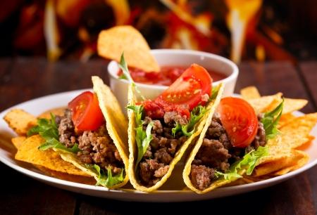 еда: пластины с тако, чипсы начос и томатный DIP