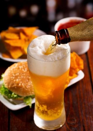 cerveza: Cerveza que vierte en el vidrio
