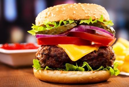 hamburger met friet op houten tafel Stockfoto