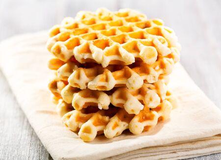 waffles: Pila de galletas en la mesa de madera