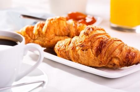 petit déjeuner avec croissants frais et du café