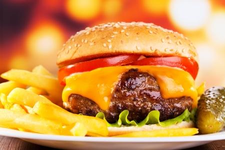 ハンバーガーとフライド ポテト