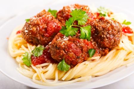 pasta met gehaktballetjes en peterselie met tomatensaus