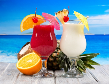 tropische Cocktails mit frischen Früchten auf einem Strand Lizenzfreie Bilder