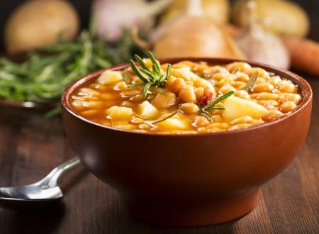 judias verdes: tazón de sopa de frijoles con romero