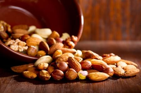 mix noten op een houten tafel
