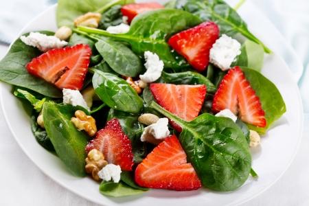 ensalada de frutas: ensalada con hojas de fresas, espinacas y queso feta