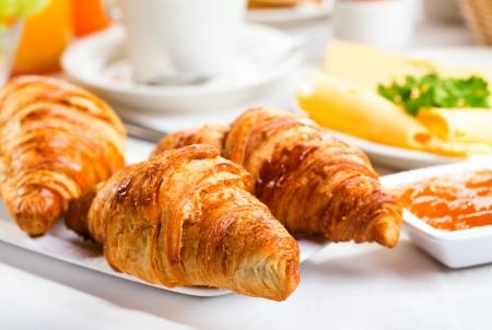 petit déjeuner avec croissants frais et confitures