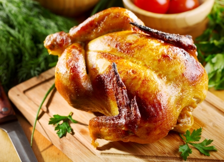 roasted chicken: whole roasted chicken with vegetables Stock Photo