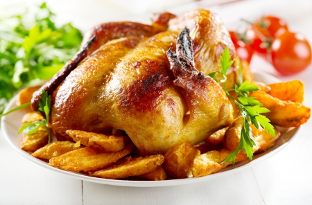 whole roasted chicken with vegetables Standard-Bild
