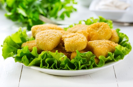 nuggets pollo: nuggets de pollo en un plato