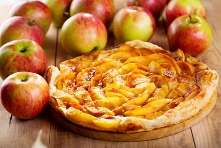 pastel de manzana: tarta de manzana con frutas frescas en la mesa de madera