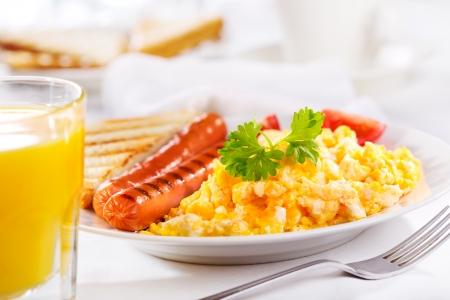 scrambled eggs: desayuno con huevos revueltos y salchichas
