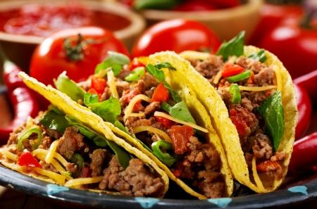 plaat van taco's op houten tafel Stockfoto