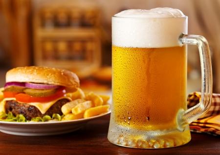 Becher Bier mit Hamburger