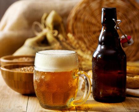 botellas de cerveza: jarra de cerveza en la mesa de madera Foto de archivo