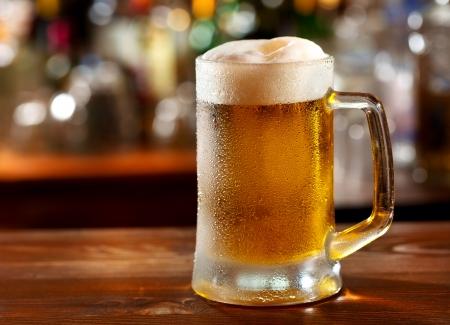 vasos de cerveza: taza fr�a de cerveza Foto de archivo