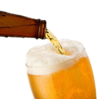 bier is gieten in glas op witte achtergrond