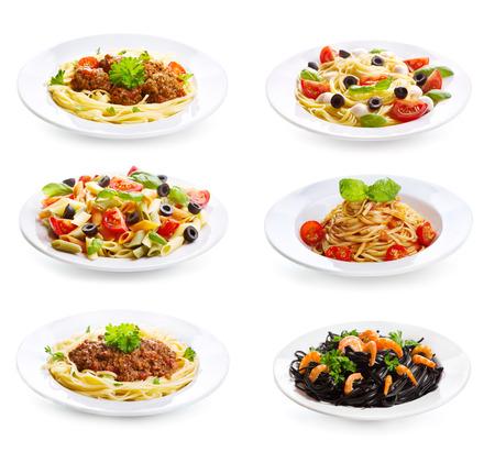 Set mit verschiedenen Teller Pasta und Spaghetti auf weißem Hintergrund