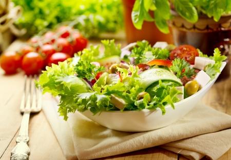 verse salade op houten tafel Stockfoto