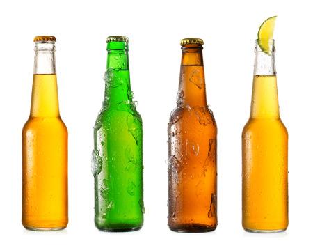 verschillende flessen bier geïsoleerd op een witte achtergrond