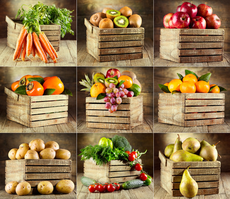 collage de varias frutas y verduras en caja de madera Foto de archivo