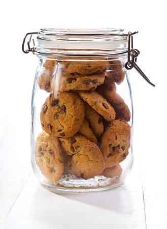 Chocolate cookies in een glazen pot op houten tafel