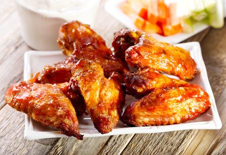 나무 테이블에 닭 날개 판