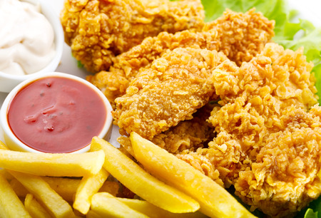 plaat van gebakken kip met groenten Stockfoto