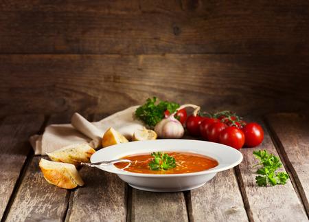 Teller Minestrone Suppe auf Holzuntergrund Lizenzfreie Bilder