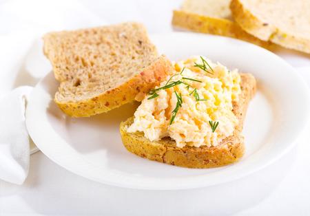皿に卵サラダのサンドイッチ