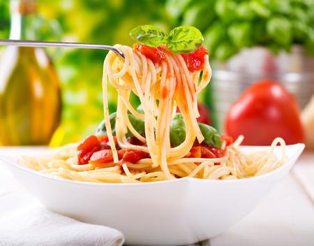 bord pasta met tomatensaus
