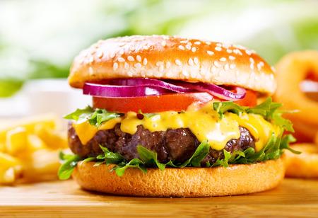 comida rapida: hamburguesa con papas fritas en la mesa de madera